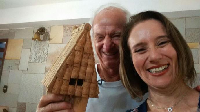 A repórter Edlaine Garcia faz selfie com Célio Basso, o aposentado que faz artesanato sustentável (Foto: reprodução EPTV)