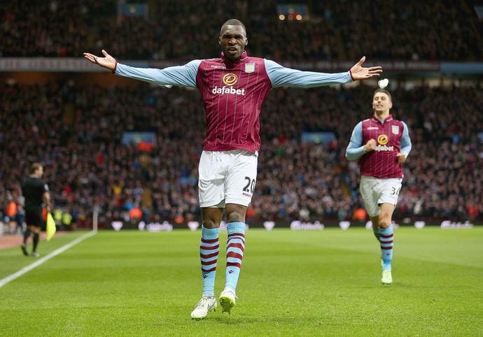 Aston Villa x Manchester United, Benteke (Foto: Clive Mason / Getty Images)