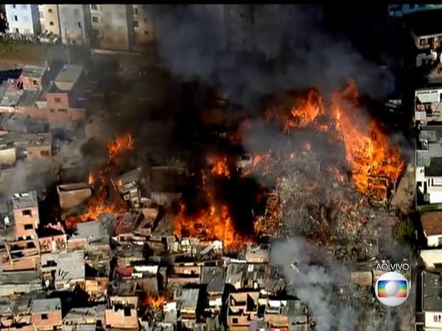 Barracos pegam fogo no Jardim Clímax (Foto: Reprodução/TV Globo)