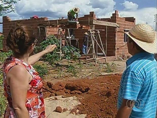 Moradores se unem para construir casa para mulher em Campinorte, em Goiás (Foto: Reprodução/TV Anhanguera)
