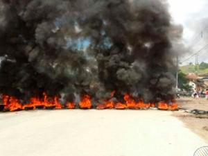Moradores protestam em Nazaré (Foto: Reprodução/TV Bahia)