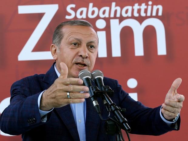 Presidente turco provocou polêmica ao afirmar que mulher que não tem filhos é 'meia pessoa' (Foto: Yasin Bulbul, Presidential Press Service/AP)