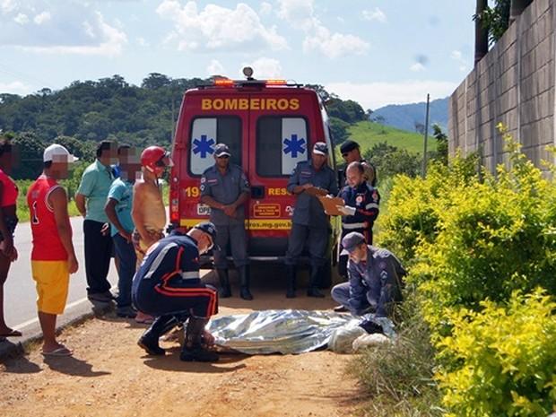 Corpo foi encontrado às margens da BR-356 Muriaé (Foto: Rádio Muriaé)