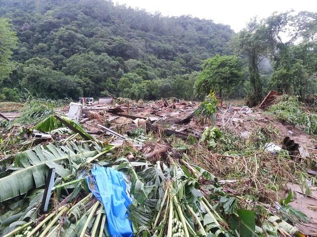 Inundação destrói casas em Cubatão, SP, durante tempestade (Foto: Solange Freitas/TV Tribuna)