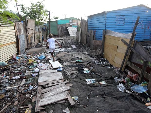 População vive no meio do lixo na comunidade Quatro Rodas.  (Foto: Marcos de Paula / G1)