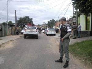 Policiais militares realizam policiamento ostensivo na regiao (Foto: Ivani Schütz/RBS TV)