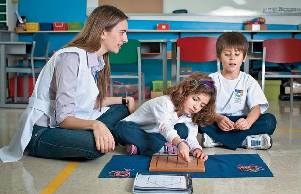 FORMAS E FIGURAS Carolina Guimarães com seus alunos. Depois de estudar neurociência, ela passou a enfatizar mais a geometria para estimular a memória das crianças (Foto: Letícia Moreira/ÉPOCA)