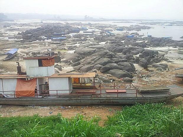 Donos de embarcações afirmam ter receio de atravessar o rio durante a seca (Foto: Lindon Johnson/TV Amazonas)