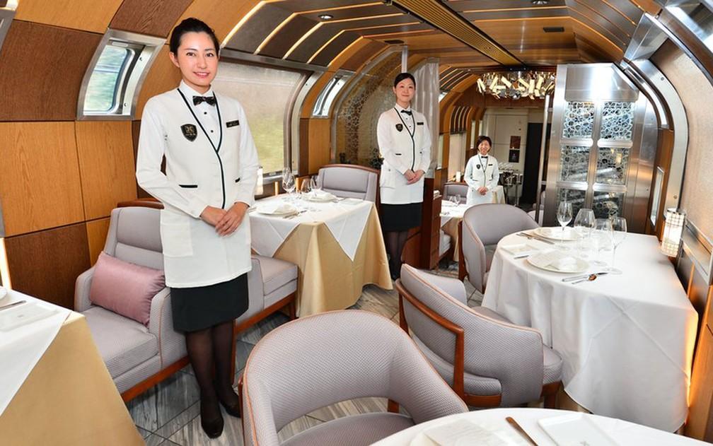 As refeições a bordo serão preparadas por chefes com estrelas Michelin e servidas por mordomos uniformizados (Foto: JR East)