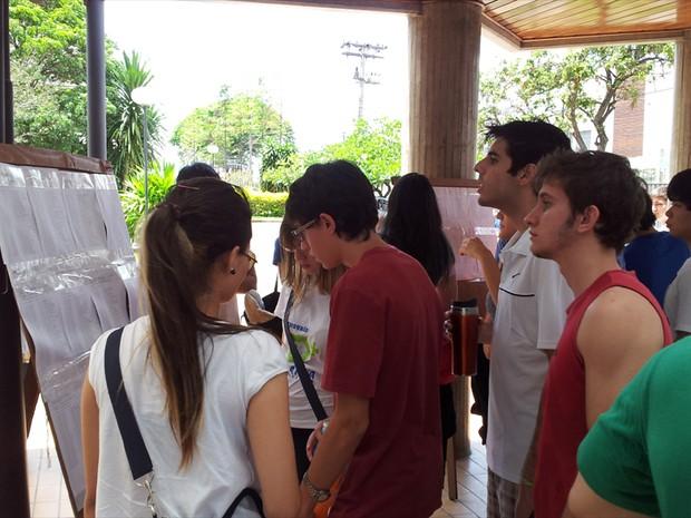 Vestibulandos conferem locais de prova da Unicamp (Foto: Fernando Pacífico / G1 Campinas)