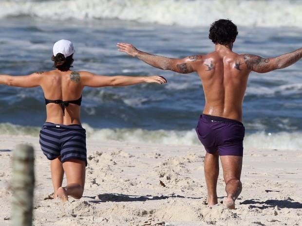 Juliano Cazarré na praia (Foto: Delson Silva/AgNews)
