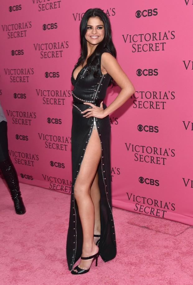Selena Gomez abusa da fenda e decote em vestido para show
