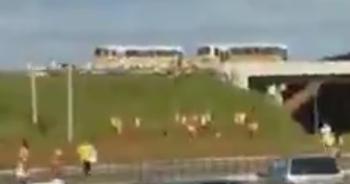 Torcedores de Gama e Brasiliense entraram em confronto em ponto de ônibus (Foto: Reprodução / TV Globo)