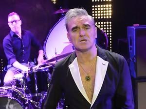 Morrissey no clipe da canção 'Kiss me a lot' (Foto: Divulgação)