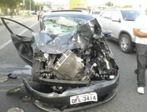 Carro de Alan Fonteles ficou quase totalmente destruído pela batida (Foto: Gustavo Pêna/GLOBOESPORTE.COM)