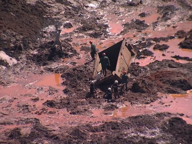 Bombeiros trabalham em área inundada após rompimento de barragem em Itabirito (Foto: Reprodução / TV Globo)