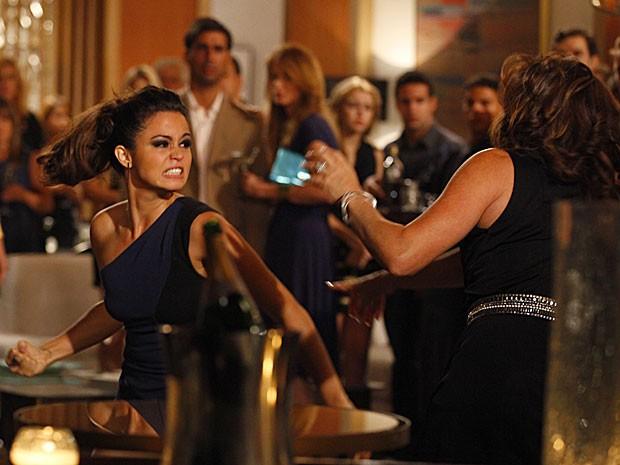 Morena se prepara para dar aquele soco em Wanda (Foto: Salve Jorge/TV Globo)