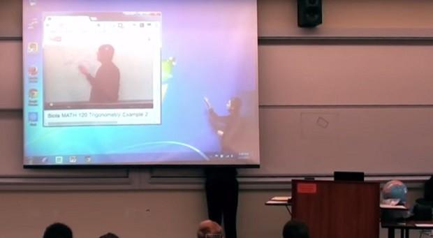"""Professor de matemática surpreende alunos com """"efeitos especiais"""" na aula"""