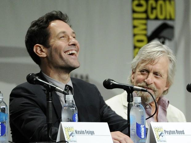 Atores Paul Rudd e Michael Douglas interagem com os visitantes da Comic-Con durante painel sobre o filme 'Homem-Formiga' (Foto: Chris Pizzello/Invision/AP)