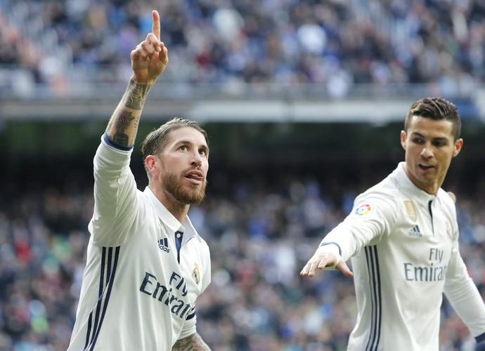 Sergio Ramos celebra gol pelo Real com CR7 (Foto: efe)