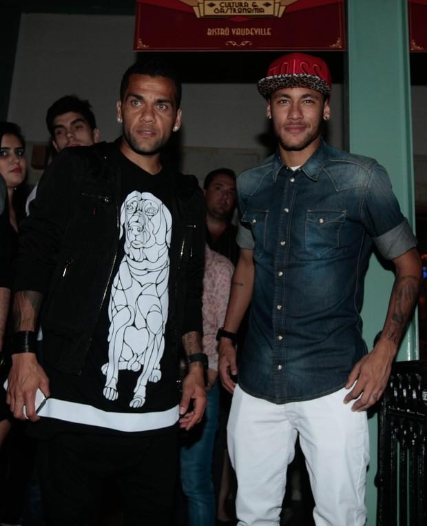 Neymar e Daniel Alves (Foto: Leo Franco / Agnews)