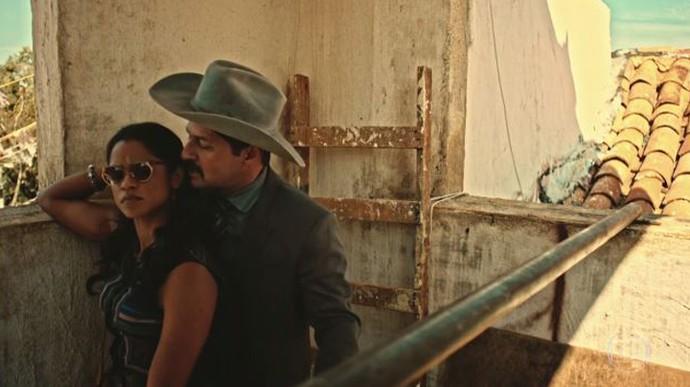 Luzia deiixa se levar e acaba beijando Carlos Eduardo (Foto: TV Globo)