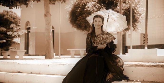 Simone Castro faz viagem no tempo para contar história da cidade (Foto: Reprodução/Rede Clube)