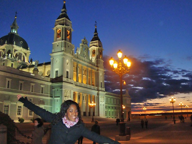 A estudante na Catedral Almudena, Madri, em um dos seus passeios pela Europa (Foto: Arquivo pessoal)