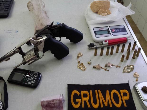 Duas armas foram apreendidas na casa de jovem suspeito de ameaçar matar policiais (Foto: Giro em Ipiaú)