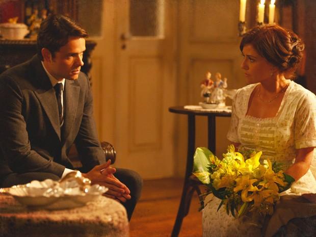 Sandra não responde ao pedido de namoro de Teodoro (Foto: Lado a Lado / TV Globo)