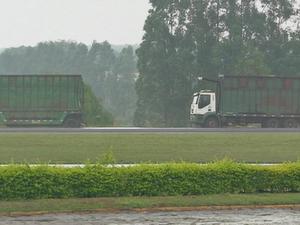 Carga se espalhou pela pista após ônibus atingir traseira de carreta (Foto: Reprodução/TV TEM)