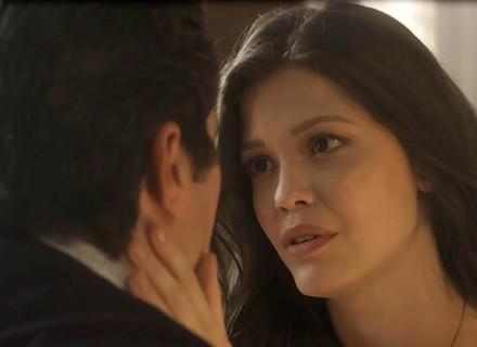 Maria Vitória decide dar uma chance a Vicente enquanto não viaja para Portugal
