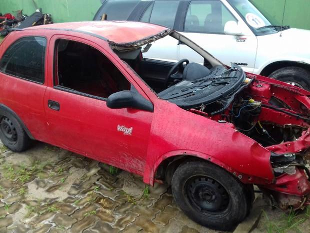 Polícia vai periciar carro que teria atropelado mulher na BR-116; vítima teve parte do corpo arrancado  (Foto: Leandro Silva/TV Verdes Mares)