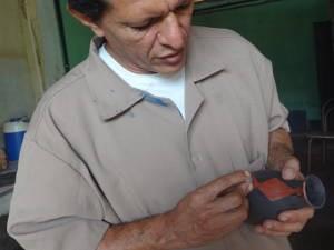 Primeiro contato de Levy com a cerâmica foi em tom de brincadeira (Foto: Luana Laboissiere / G1)