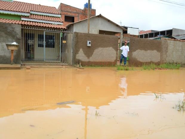 Moradores dizem que água invade residências (Foto: Eliete Marques/G1)