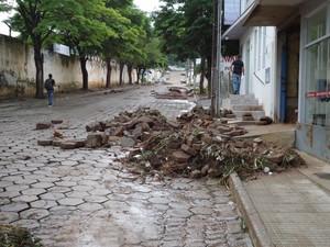 Bloquetes, entulhos e lama foram levados para a porta de estabelecimentos comerciais. (Foto: Divulgação/Assessoria da prefeitura)