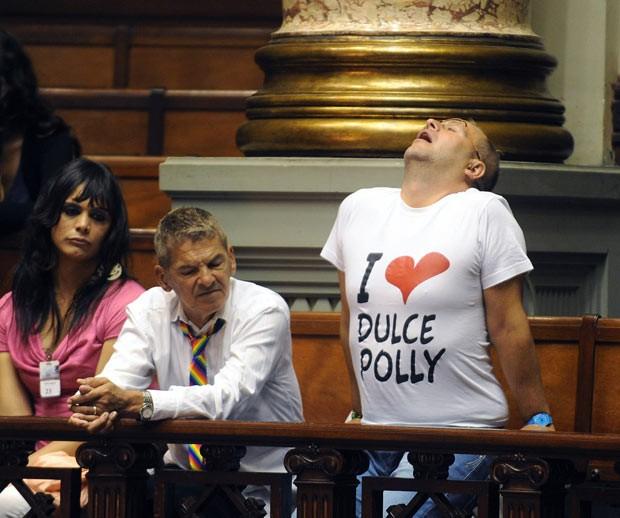 Ativistas acompanham os debates na sessão do Senado que aprovou nesta terça-feira (2) o casamento gay no Uruguai (Foto: AFP)