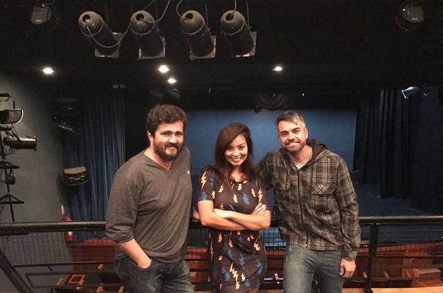 Carol Nakamura entre o diretor Fernando Gomes e o ator Márcio Kieling nos bastidores dos ensaios de 'Até que a internet nos separe' (Foto: Divulgação)