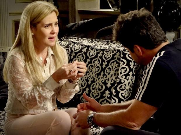 Tufão dá um anel de diamantes para Carminha (Foto: Avenida Brasil / TV Globo)