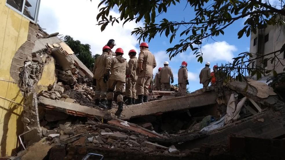 Bombeiros seguem nas buscas por vítimas (Foto: Diego Franco/TV Asa Branca )