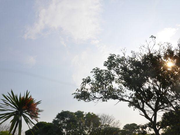 Céu com algumas nuvens em tarde quente de Campo Grande (Foto: Isabela Cavalcante/G1 MS)