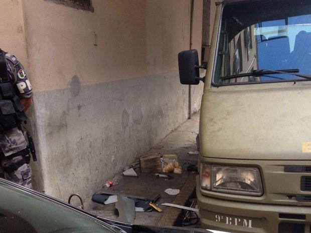 Presos que aguardam vagas em presídios quebraram vidros de micro-ônibus da Brigada Militar no Palácio da Polícia, em Porto Alegre (Foto: Arquivo Pessoal)