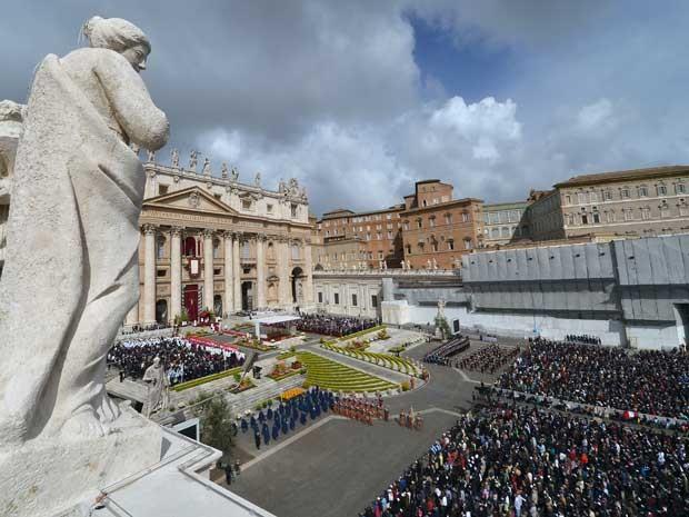 Milhares de fieis acompanham missa no Vaticano. (Foto: Alberto Pizzoli / AFP Photo)