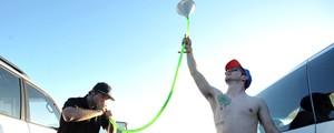 Dupla toma cerveja com mangueira e funil (John Shearer/Invision/AP)