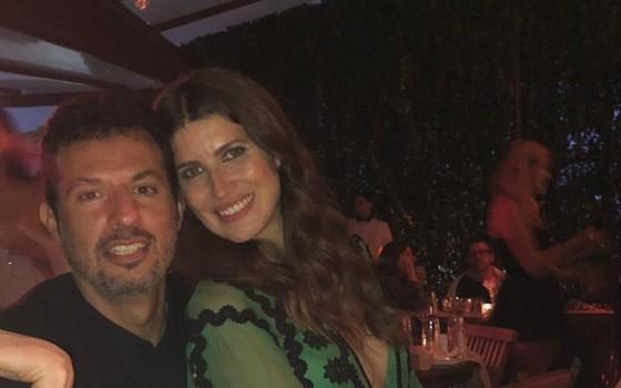 Michelle Alves e Guy Oseary posam em sua festa de casamento na casa de Angélica e Luciano Huck (Foto: Reprodução Instagram)