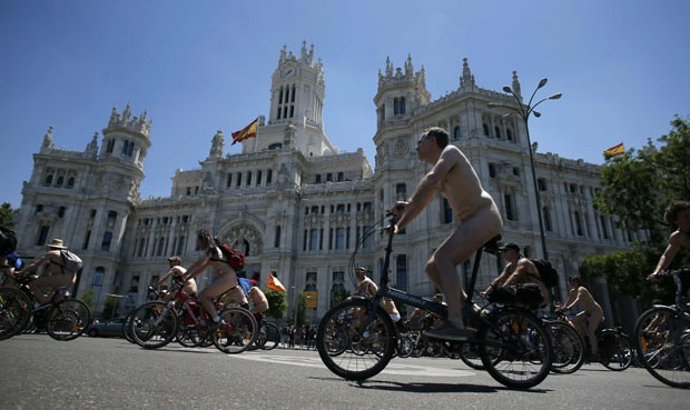 Ciclistas pedalam pelados em Madri neste sábado (15) (Foto: Javier Barbancho/Reuters)