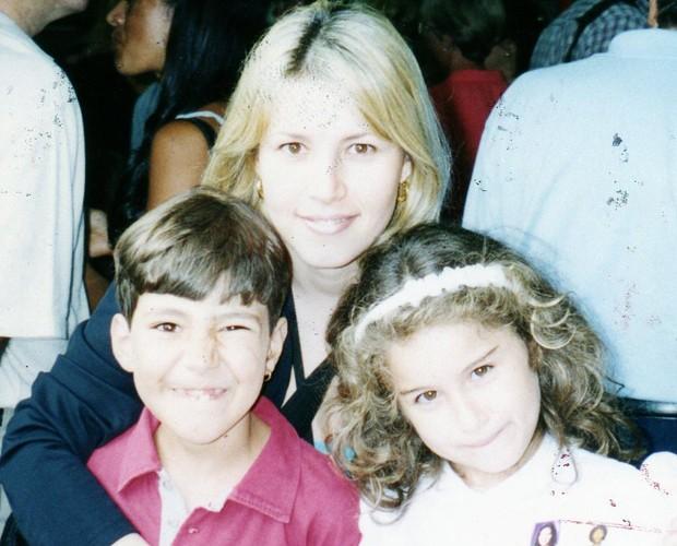 Alyssa, loira na época, posa com os filhos quando eram crianças (Foto: Arquivo Pessoal)