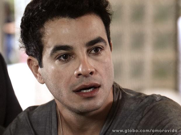 Carlito demora a realizar que o filho é dele (Foto: Amor à Vida/ TV Globo)