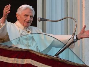 Bento XVI saúda o público no Castel Gandolfo e dá a bênção horas antes de deixar de ser Papa (Foto: Max Rossi/Reuters)