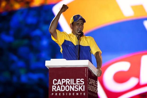 O candidato Henrique Capriles durante comicio no estado venezuelano de Lara, na última quinta (4) (Foto: Marco Bello / Reuters)